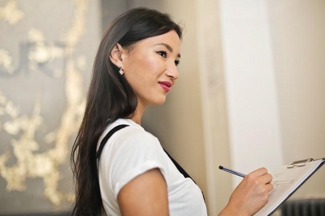 Une femme tenant une liste de contrôle.