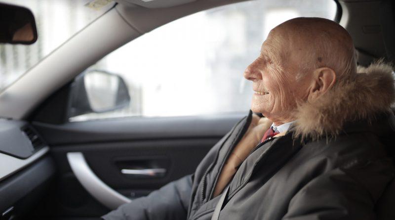 Un homme âgé dans une voiture