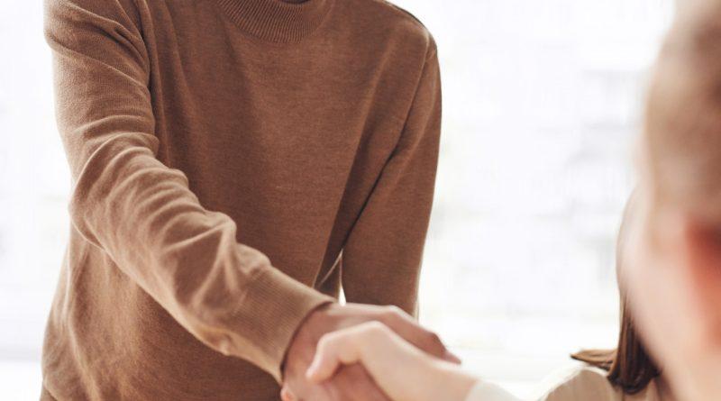 Un homme serrant la main d'une personne