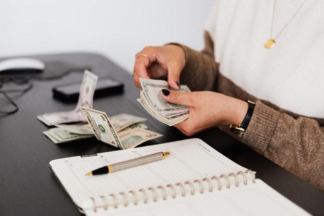 Une femme tenant de l'argent