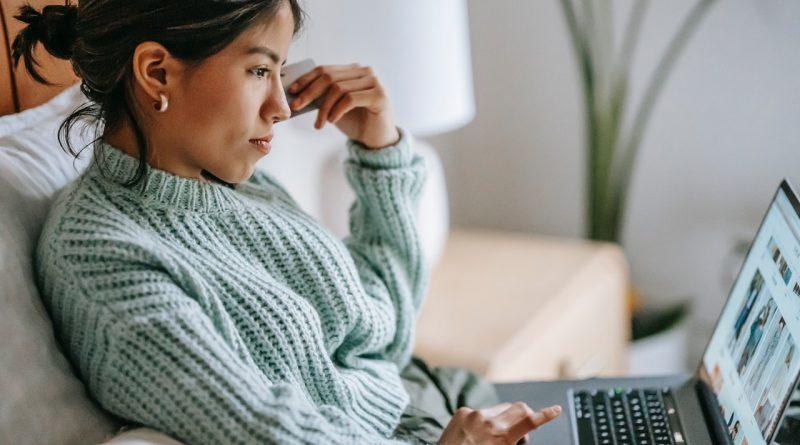 Une femme assise et devant son ordinateur